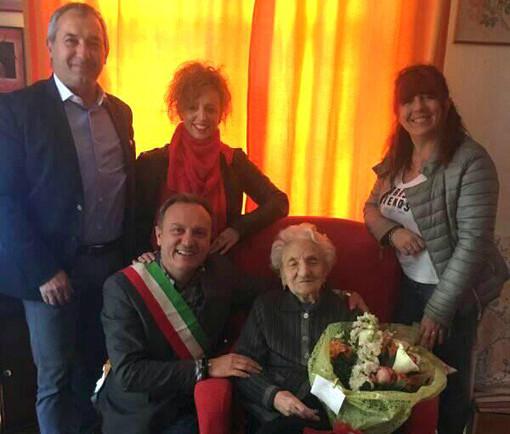 Un'immagine di un anno fa: Erminia Bianchini accoglie la visita del sindaco Ezio Cardinale e degli amministratori dianesi