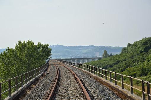 Un tratto di linea ferroviaria Asti-Alba