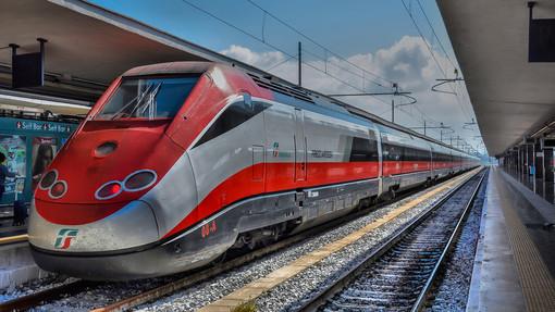 Il Governo fa dietrofront sui treni: Speranza ripristina l'obbligo del distanziamento sui convogli