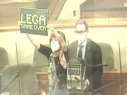 """Cartello """"Lega game over"""" mostrato dalla consigliera Sarah Disabato (Movimento 5 Stelle) in Consiglio regionale"""