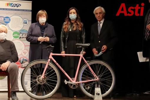 L'amministratrice delegata di Idem ritratta, alla presentazione della tappa astigiana del Giro d'Italia, tra l'assessore Cotto e il consigliere Trombetta