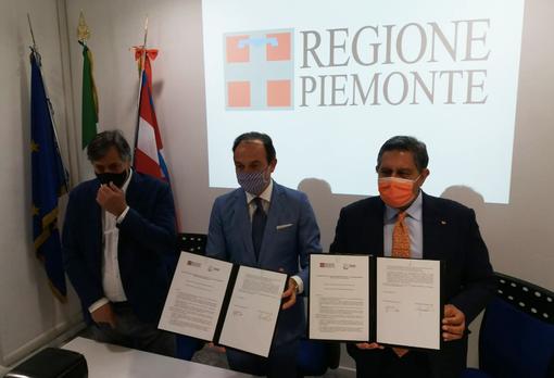 Piemonte e Liguria vaccineranno i turisti in vacanza: Cirio e Toti firmano un accordo bilaterale per l'estate (VIDEO)