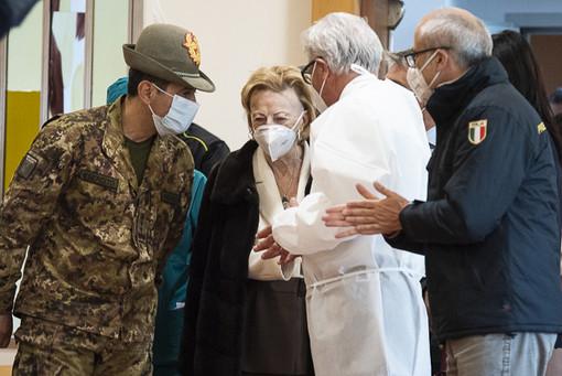 Il generale Francesco Paolo Figliuolo nella fondazione albese accolto da Maria Franca Ferrero (Fotoservizio di Barbara Guazzone)
