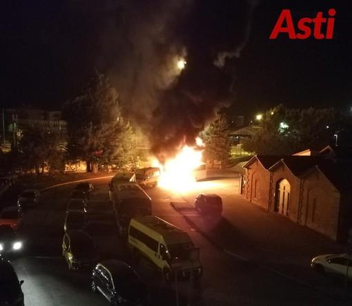 In questa e nelle successive immagini alcuni degli incendi dolosi che hanno generato grande allarme sociale in città
