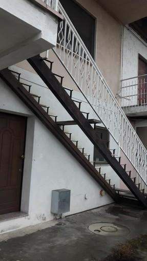 La scala di accesso all'abitazione, priva dei gradini dopo il furto del marmo