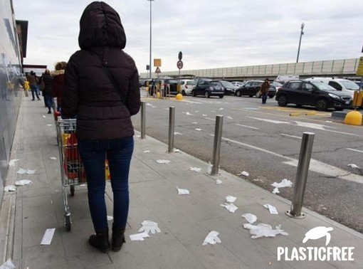 La fotografia, pubblicata anche sulle pagine social dell'associazione Plastic Free, che documenta l'incuria del parcheggio antistante un centro commerciale di Asti