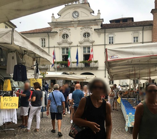 Immagine dello scorso anno del mercato in piazza San Secondo