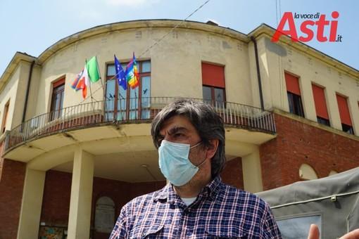 Giampiero Monaca davanti alla scuola di Serravalle (foto d'archivio)