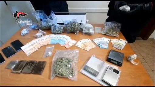 Carabinieri con un quantitativo di droga sequestrata (immagine di repertorio)