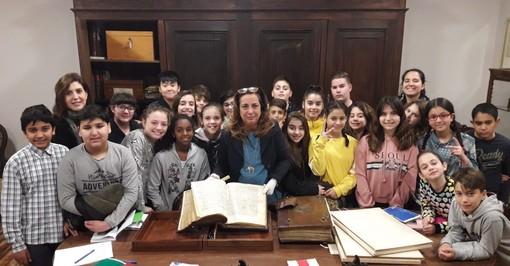 Gli studenti della 1F della Jona con la dottoressa Barbara Molino dell'Archivio Storico del Comune di Asti