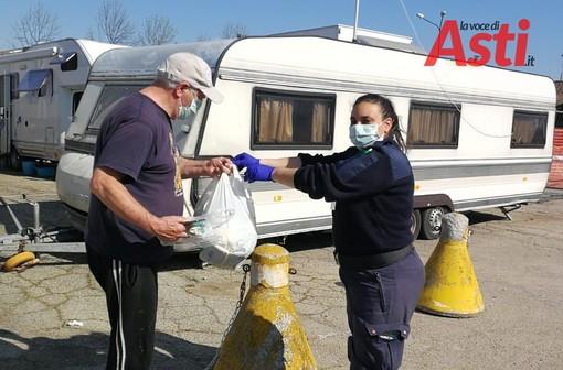 Simona Nobile consegna un po' di spesa a Bruno