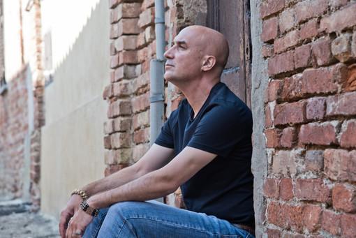 Il cantautore astigiano Beppe Giampà in diretta Youtube per il Belgio
