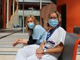 la dottoressa Franchi (in camice azzurro) con un'infermiera durante una pausa di lavoro