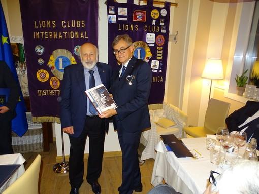 Un immagine della visita del Governatore del Distretto 108la3 Erminio Ribet, qui ritratto con il presidente Giancarlo Boglietti (foto tratta dalla pagina Facebook del Club)