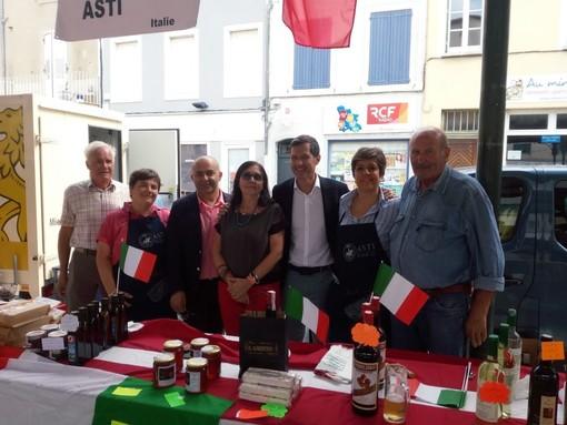 Foto di gruppo al mercatino delle città gemellate svoltosi a Valence il 22 settembre scorso