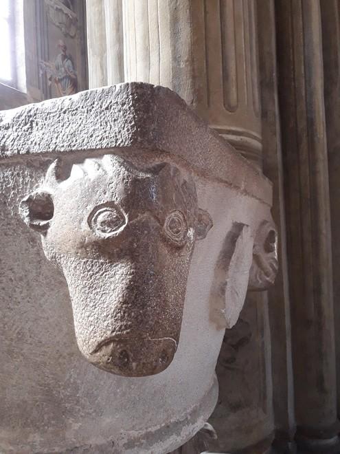 Acquasantiera medievale su capitello romano nel gotico della Cattedrale di Asti