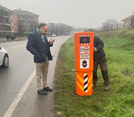 Il sindaco Rasero di fronte ad uno dei velox installati in via Cuneo