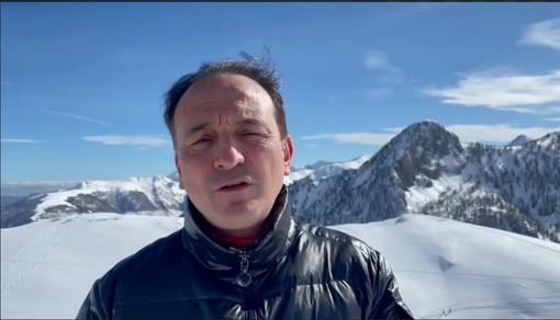 Alberto Cirio con sfondo montano