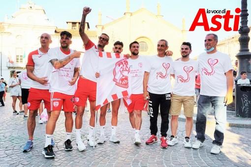 Mattia Antoniazzi (secondo da destra) con alcuni giocatori e dirigenti dell'Asti Calcio