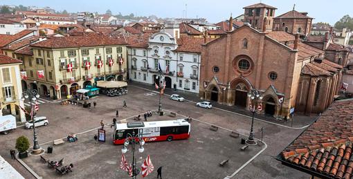 La piazza in una foto d'archivio