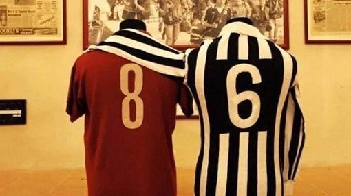 Abbraccio tra maglie Torino e Juventus