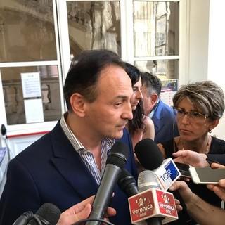 Alberto Cirio circondato da microfoni in una foto d'archivio
