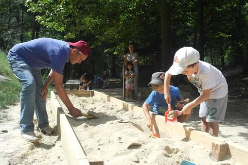 Bambini impegnati in una precedente simulazione di scavo in Valle Botto