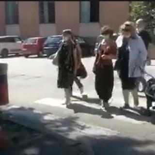Renata Sorba, soci ipo e non vedenti dell'APRI e volontari di fronte all'ostacolo alla viabilità in via Corridoni