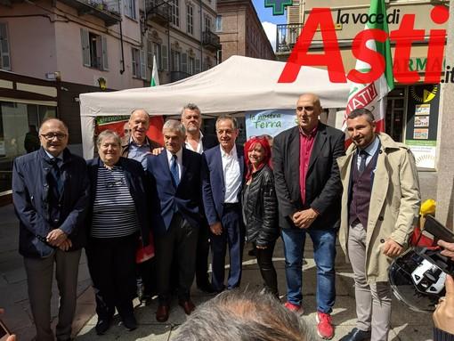 Sergio Chiamparino con gran parte dei candidati astigiani della coalizione che lo sostiene