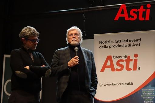 Claudio Bruno (a destra, con il microfono) ritratto alla serata organizzata per il primo anno di pubblicazione della nostra Testata