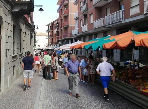 """Un immagine """"pre-lockdown"""" del mercato domenicale di Costigliole d'Asti. Naturalmente, considerata la situazione ancora anomala, quelli di prossimo svolgimento si preannunciano decisamente differenti"""