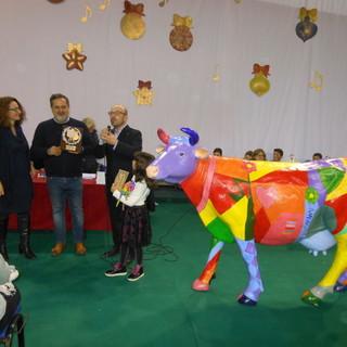 La coordinatrice della Biblioteca (prof. L. Durando), il pittore (Beppe Gargarella), il sindaco di Portacomaro (dott. A. Balliano) e la giovanissima vincitrice (Federica Ibba)