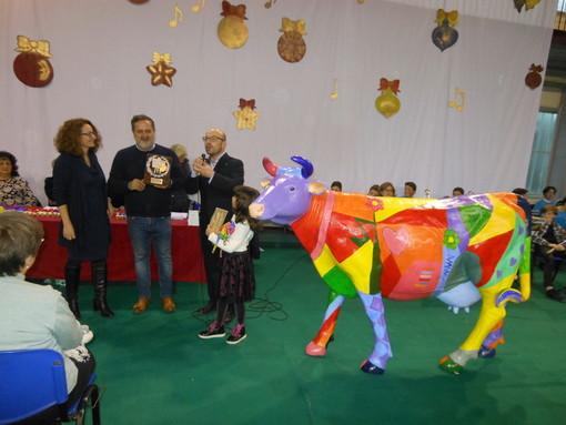 La coordinatrice della Biblioteca (prof. L. Durando), il pittore (Beppe Gargarella), il sindaco di Portacomaro (dott. A. Balliano) e la giovanissima vincitrice (Ludovica Ibba)