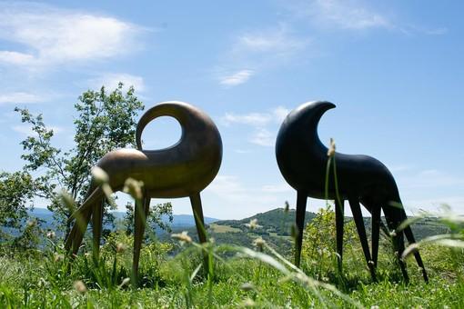Due delle tante opere del Parco d'Arte Quarelli a Roccaverano
