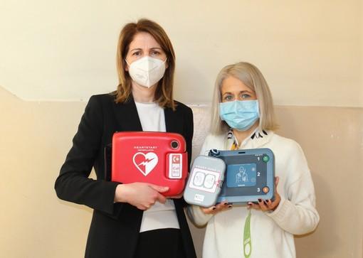 Sindaca di Villafranca d'Asti e dirigente scolastica con il defibrillatore donato dal Comune