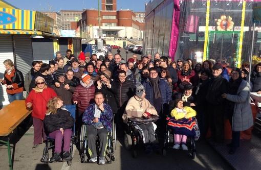 Il sindaco Rasero con il folto gruppo di partecipanti, accompagnati da educatori e famigliari