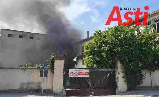 Incendio all'ex mulino di Isola d'Asti, vigili del fuoco sul posto [VIDEO]