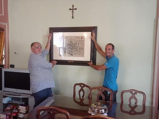 """Il comune di Villanova riceve in dono una stampa dell'opera """"Villanova dell'Astegiana"""", tratta dal """"Theatrum Sabaudiae"""""""