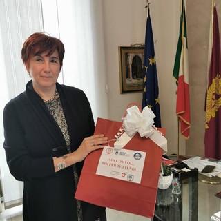 Il questore di Asti, dottoressa Alessandra Faranda Cordella, con le mascherine donate dall'Asti Calcio