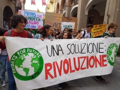Un'immagine di una manifestazione pro ambiente degli studenti astigiani