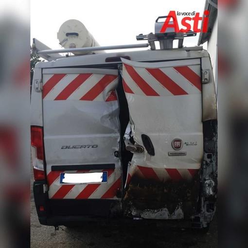Furgone Italgas depredato e dato alle fiamme in via Badalin