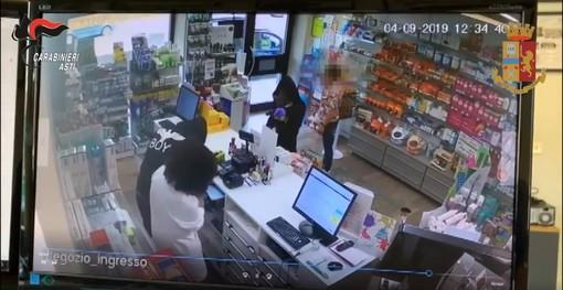 Un fermo immagine della rapina in farmacia