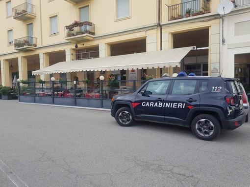 A Moncalvo 5 giovani durante una rissa si tirano anche le sedie del bar. Denunciati dai carabinieri