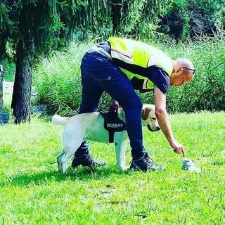 Il dog trainer Ivan Schmidt sul campo di allenamento con uno dei suoi cani