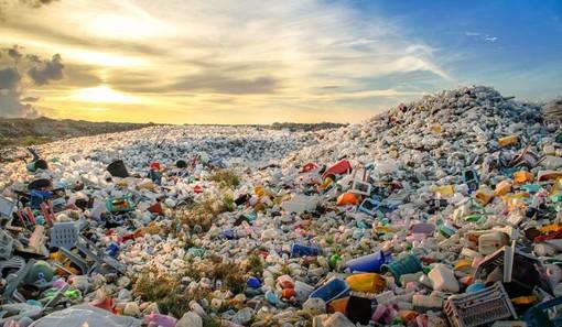 Una distesa di rifiuti plastici