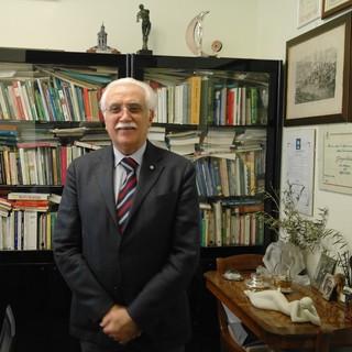 Asti, il prof. Giorgio Calabrese nel suo studio