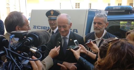Il prefetto Gabrielli attorniato da cronisti in occasione della sua precedente visita astigiana