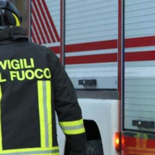 Incidente nella notte a Ferrere, intervenuti i vigili del fuoco per recuperare un'auto ribaltata