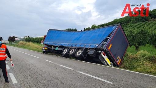 Camion fuori strada tra San Damiano e Canale. Due gru e un trattore per rialzarlo [FOTO]