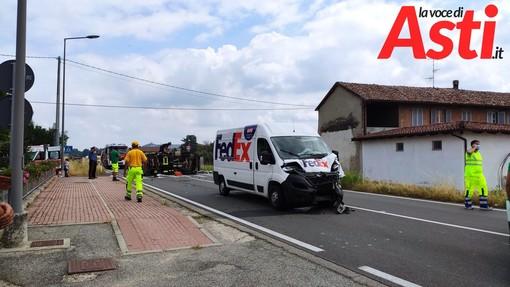 Incidente stradale sulla statale Asti-Alba tra un camion della nettezza urbana e un furgone di un corriere: un ferito lieve e strada interrotta [VIDEO]